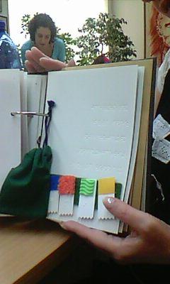 Silja Korn mit Buch Buchstabenfreunde